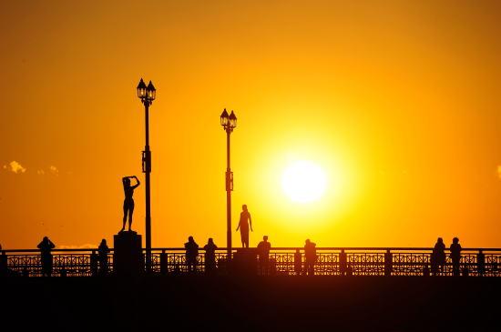夕日を眺める人々