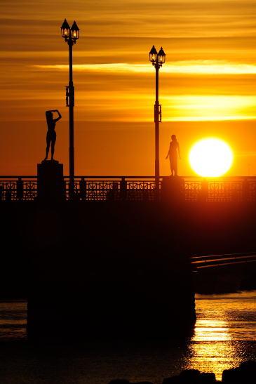 幣舞橋の夕日~冬の像と春の像