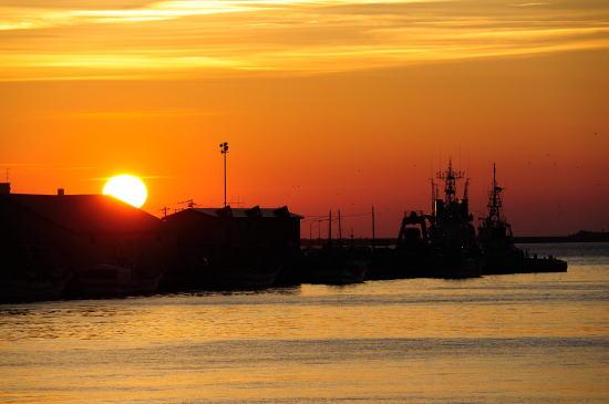 埠頭に落ちる夕日