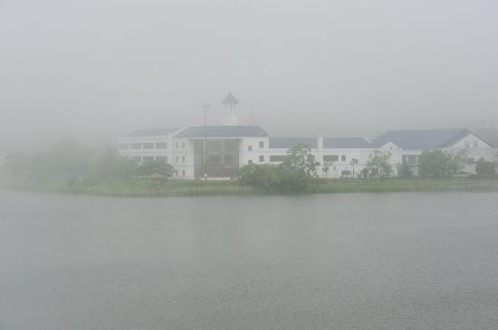 春採湖に浮かぶ校舎