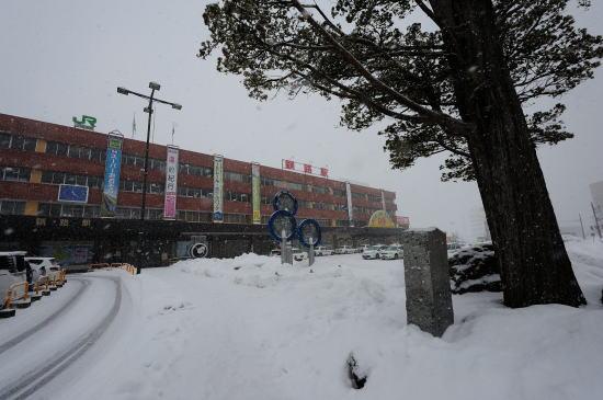 雪降るJR釧路駅