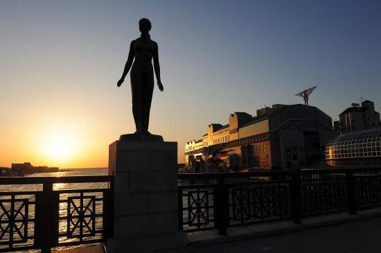 夕日の中の春の像とMOO