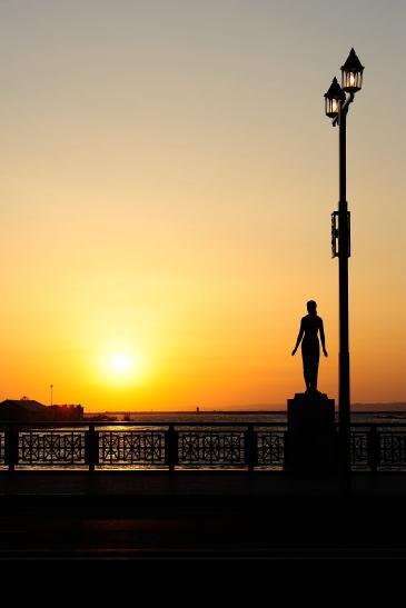 夕日と春の像