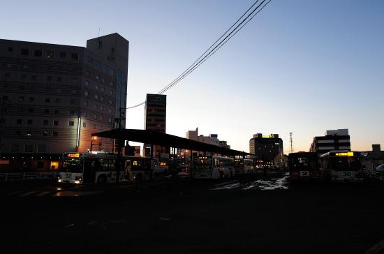 夕暮れの釧路駅バスのりば