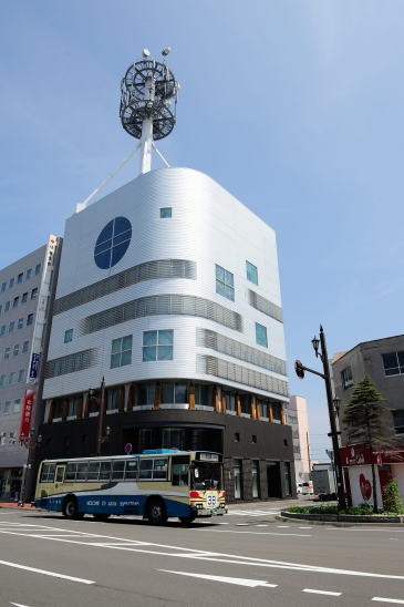 NTTドコモ釧路ビルと「阿寒バス(丹頂カラー)」