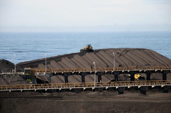 ブルトーザーで貯炭の山を築きます