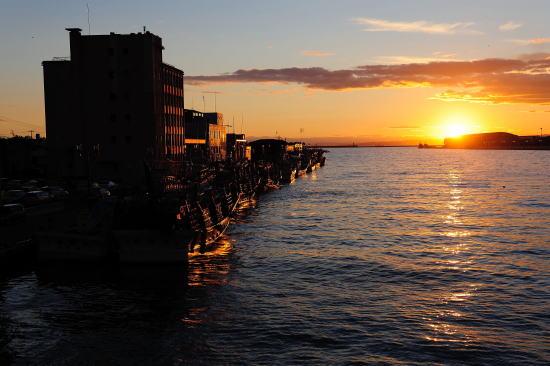 釧路川河口に落ちる夕日