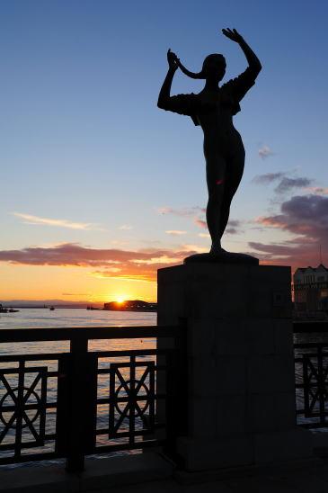 夕日と夏の像