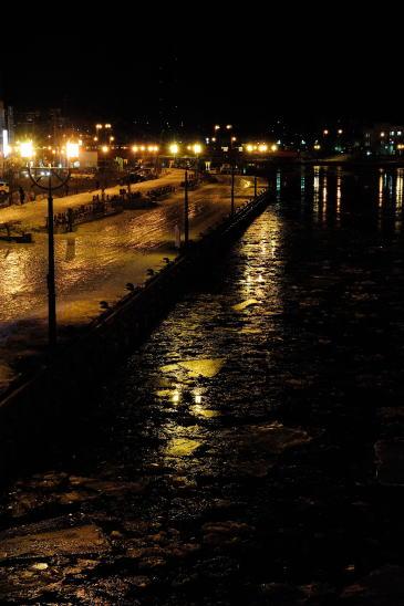 釧路川に氷が流れる夜