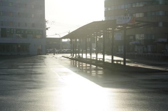 雨上がりの釧路駅前バスターミナル
