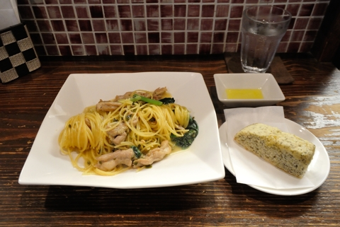 鶏セセリのスパゲッティ ペペロンチーノ、自家製フォッカチャ
