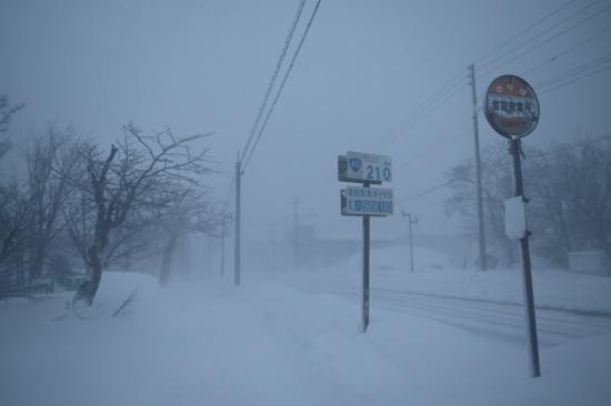 吹雪の日、豊富営業所バス停