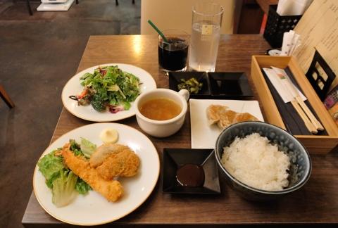 エビフライと本日のおまかせフライ(アジフライ) キャベツたっぷり餃子のセット+ミニサラダ