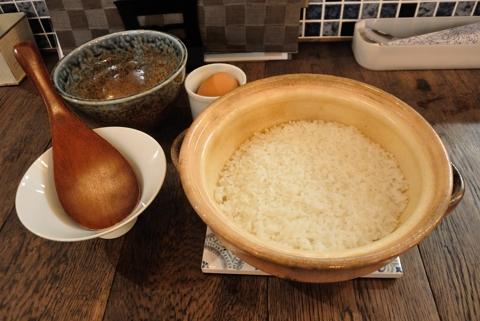 土鍋で炊いた白米と生卵